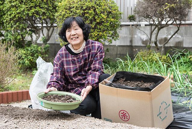 森田さん 67歳・福岡県糸島市 段ボールコンポストで出来た堆肥を、ふるいにかけて畑に撒いていく。「生ごみが堆肥に変わってくれて、ありがたいです」 取材/南野ゆうり 撮影/野澤 廣