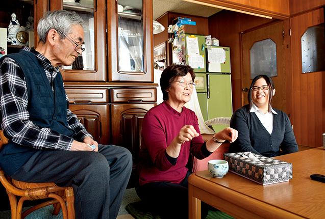 ケイ子さんがバイクの免許を取った思い出話に、夫の文雄さんと亜衣さんは笑いながら耳を傾けていた