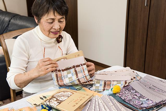福島馨子(けいこ)さん 73歳・神奈川県平塚市 手作りした『生命の實相』のブックカバーを手にして 取材/南野ゆうり 撮影/野澤 廣