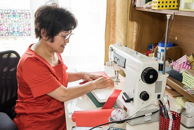 辻 恵子さん 60歳・石川県小松市 愛用のミシンで小物入れを作る。「私にとってクラフト作りに、このミシンは欠かせません。少し高かったけど、思い切って購入しました」 取材/南野ゆうり 撮影/野澤 廣