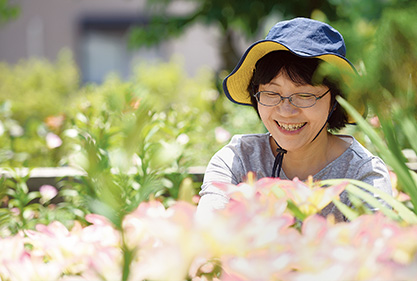 SUさん 53歳・福井県坂井市 取材/水上有二(本誌) 撮影/遠藤昭彦 庭に咲いたユリの花を愛でるSさん。「季節ごとに色々な花が目を楽しませてくれます。植物と触れ合っていると幸せな気持ちになりますね」