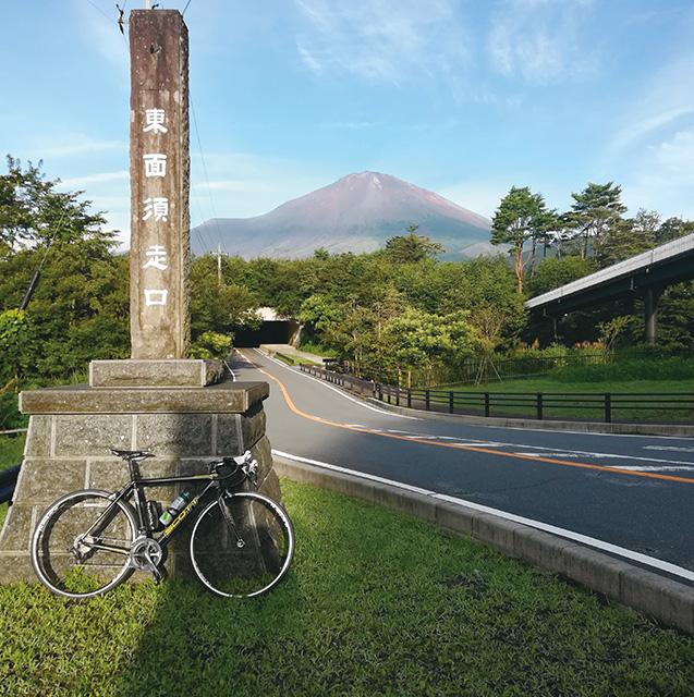 愛用のロードバイクに乗り、富士山の5合目まで登った時の1枚(写真は筆者提供)