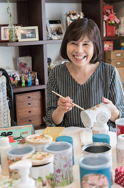 中内秀子さん 58歳・石川県金沢市 空き缶をリユースした小物入れを作る。空き缶をペイントした上に、ペーパーナプキンの花柄を切り抜いて貼り、さらにコート剤を塗って保護する 取材/南野ゆうり 撮影/野澤 廣