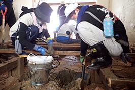 被災した家屋の床下には、約30センチの土砂が堆積していた。広島県坂町で