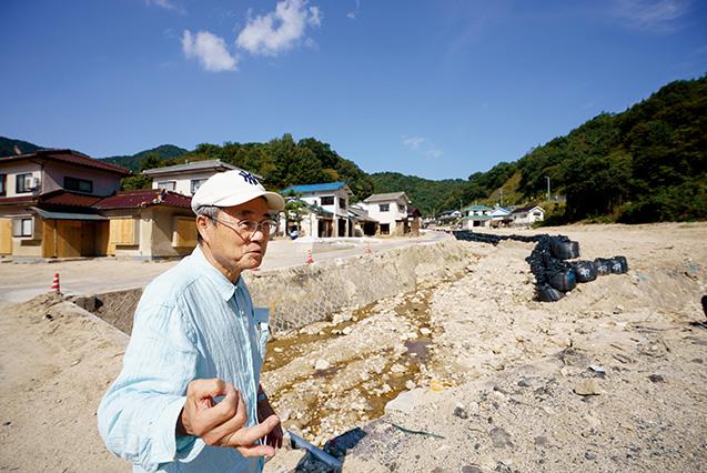 吉川三郎(よしかわ・さぶろう)さん│71歳│広島県坂町(さかちょう) 「普段は水量も少なく穏やかな天地川が氾濫し、住宅が流されました。ここにも、アパートや家屋が建っていたんですよ」と語る吉川さん 取材/多田茂樹 写真/堀隆弘