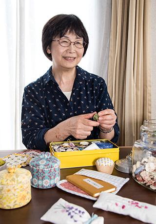 横山恭子さん 60歳・東京都府中市 端切れで作ったお経入れや、ガムテープの芯を布で包んで作った小物入れなどを、横山さんは手作りして楽しんでいる 取材/南野ゆうり 撮影/野澤 廣