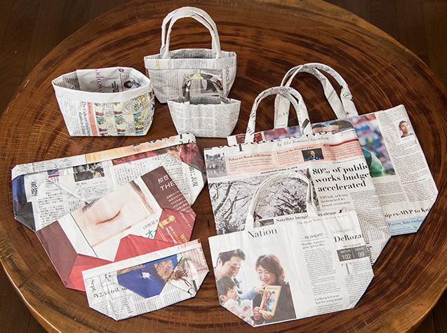 横山さんが新聞紙で作ったクラフトバッグの数々。「差し上げると、皆さんから喜ばれるので、作りがいがあります」
