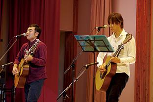 「森のひだまり音楽会」で演奏する中根さんと地元の音楽家・牧田健太郎さん