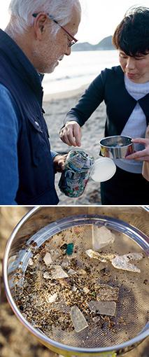 由比ヶ浜の砂浜で採取すると、たくさんのプラスチックごみが出てきた(下)。上は、聞き手の木村智子さん