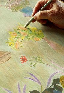 今、制作中の作品では、新しい試みとして、絵の中に押し花のように貼り付けた草花も用いて絵を描いている
