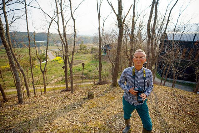 今森光彦(いまもり・みつひこ)さん(写真家) 聞き手/永井暁さん(生長の家国際本部職員、生長の家本部講師補) 写真/堀隆弘 40年以上にわたって、里山やその周辺をフィールドに写真を撮り続けてきた今森さん。右後方に見えるのは、今森さんのアトリエ 今森光彦さんのプロフィール 1954年、滋賀県大津市生まれ。写真家。木村伊兵衛賞、土門拳賞、毎日出版文化賞などを受賞。琵琶湖を望む自然豊かな里山の姿とそこに生きる人たちの暮らしぶり、昆虫などの生き物たちを撮り続けている。新しい視点で自然環境を探る試みは、国内外で高く評価されている。著書は、写真集『昆虫記』(福音館書店1988年)、『里山物語』(新潮社1995年)、写真文集『里山の道』(新潮社2001年)、『今森光彦の里山さんぽ図鑑』(世界文化社2013年)、『今森光彦の心地いい里山暮らし12か月』(世界文化社2015年)、エッセイ集『里山の少年』(新潮社1996年)など多数。DVDに「オーレリアンの庭 今森光彦 四季を楽しむ里山暮らし」(NHKエンタープライズ2018年)がある。