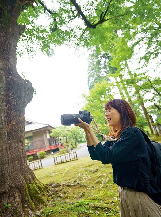 坂崎和佳(さかざき・わか)さん│43歳│熊本県錦町 「美は至る所に満ち溢れていますね」と語り、愛用のカメラを構える坂崎さん。近所の名刹、新宮禅寺で 取材/佐柄全一 写真/堀隆弘