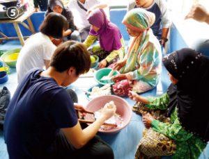 インドネシア、バングラデシュ、ブータンなどのアジア諸国で、環境教育普及の手伝いをしている。写真は、インドネシアでの活動の様子