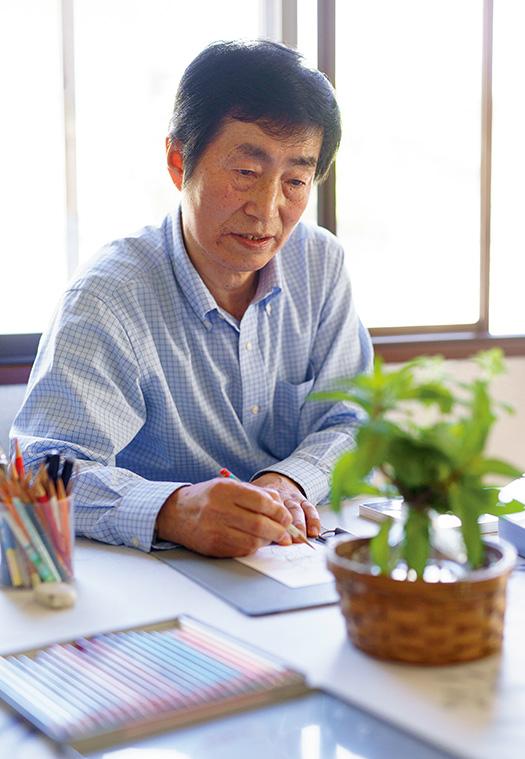 有馬雅行(ありま・まさゆき)さん│66歳│福島県須賀川市取材/佐柄全一 写真/堀隆弘 食卓に置いたハーブを描く有馬さん。「身の回りにある何でも絵になります」