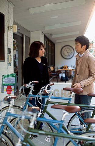 「乗ったら楽しい気持ちにさせてくれるのが自転車」とニールセン北村朋子さん。右は、岡田慎太郎さん