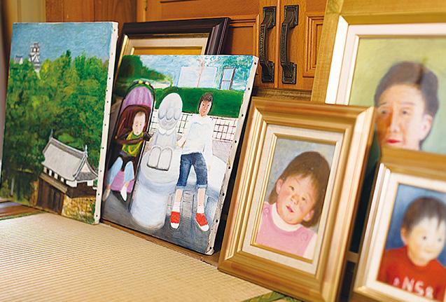 今まで描いてきた高知城の風景や曾孫、自画像などの作品