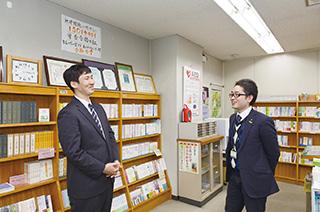 生長の家愛知県教化部で、同僚の金沢健二さんと。「頼りになる先輩です」