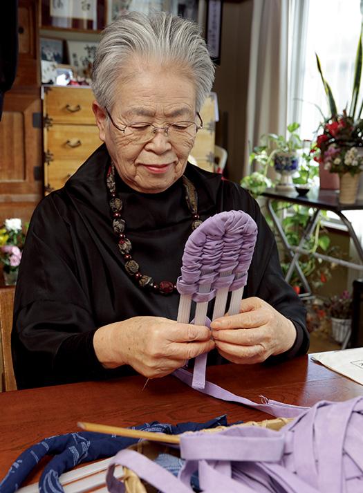 大森靜子(おおもりしずこ)さん│76歳│横浜市旭区取材/磯部和寛 写真/近藤陽介 布ぞうり作りにいそしむ大森さん。「満足のいくものができた時ほど、人に差し上げたくなるんです」