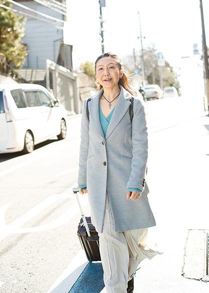 関口優子さん (45歳)横浜市 キャリーバッグにダンスシューズや衣装を詰め込んで、颯爽と出かける。1日のスケジュールがびっしりの関口さんだが、「家庭の中が明るくて幸せだからこそ、私は自分らしく輝けるんです」