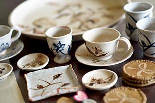 学生時代に作陶した食器。絵付けのデザインを通して、植物を描く喜びに目覚めた