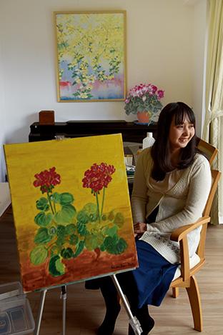 ゼラニウムを描いた作品を前に。「風景画や聖なるものをテーマにした絵も描きたい」