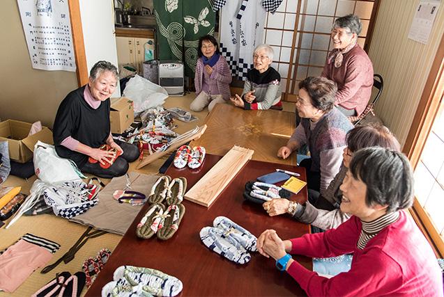 枝川喜美子さん 71歳・徳島県鳴門市 取材/南野ゆうり 撮影/野澤 廣 浴衣で布ぞうりを作る。枝川さんの手さばきに、集まった仲間たちは感心しきり