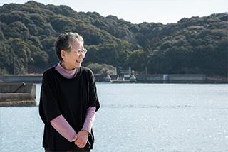 堂浦魚港から島田島の阿波井神社を望む。枝川さんは『生命の實相』に記されたゆかりの地に生まれた縁を、特別なものに感じてきた