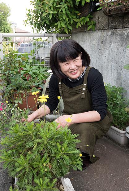 田﨑千津子さん 65歳・熊本市北区 庭の植物に囲まれて。「花や木にも捨てるところはありません。ひと手間かけて、いのちをつなぐお手伝いをするのです」
