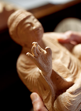 「集中して彫っていると、仏様の表情や手のポーズから、何か語りかけられているように感じる瞬間があります」