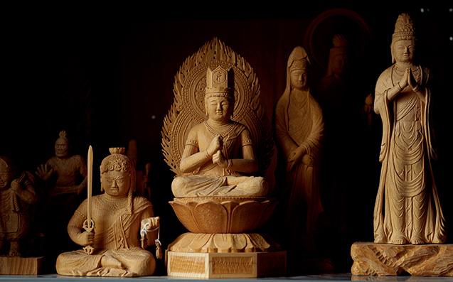 これまでに制作した右から観音菩薩、大日如来、不動明王などの仏像。「寺社や博物館を訪れ、優れた作品を見ることも大事にしています」