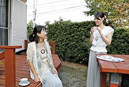 母親の孝子さんと、自宅の庭で。「父がウッドデッキもテーブルも作ってくれました」