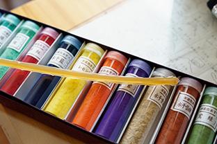 鮮やかな発色の水干(すいひ)絵の具と、絵の具を接着させるために使う膠(にかわ)