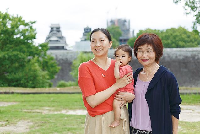 坂崎さん 32歳・熊本市 撮影/永谷正樹 義母、次女と、修復が進む熊本城で