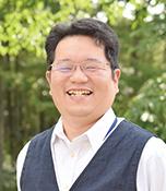 松山健治(まつやま けんじ)生長の家本部講師補 生長の家国際本部勤務。「大阪でも緑豊かな場所で生まれ育ちました。移り住んだ山梨県北杜市は、昔の実家の近くの風景を思い出し、懐かしくなるこの頃です」