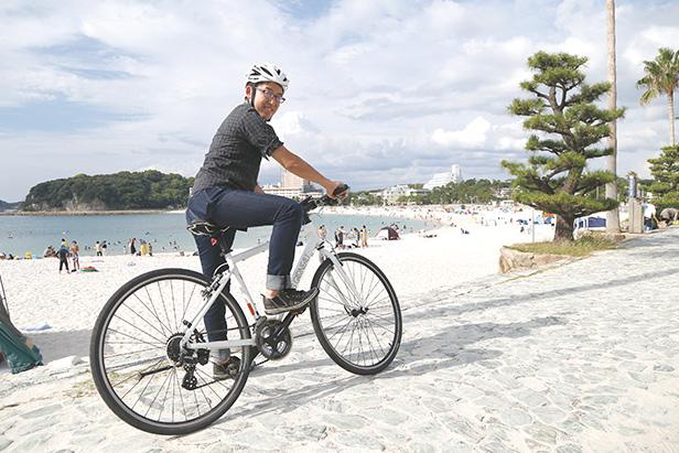 白浜町にある白良浜で。「自然の素晴らしさを体感できる場所だと思います。いつか、生長の家の仲間たちと、ここでサイクリングイベントをしたいですね」