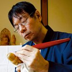 松村智麿(まつむら・ともまろ) 1963年、大阪府生まれ。大阪府の摂南大学卒業。19歳の時に、京仏師、松久朋琳氏の講演会を聴いたのがきっかけで、仏像彫刻の道へ。以来35年、仏像彫刻に精進し、仏教美術展などに作品を出品してきた。生長の家相愛会兵庫教区連合会事務局員。生長の家地方講師。