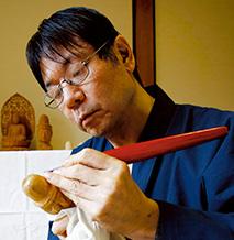 松村智麿(まつむら・ともまろ) 1963年、大阪府生まれ。大阪府の摂南大学卒業。19歳の時に、京仏師、松久朋琳氏の講演会を聴いたのがきっかけで、仏像彫刻の道へ。以来35年、仏像彫刻に精進し、仏教美術展などに作品を出品してきた。生長の家相愛会兵庫教区連合会事務局長。生長の家地方講師。