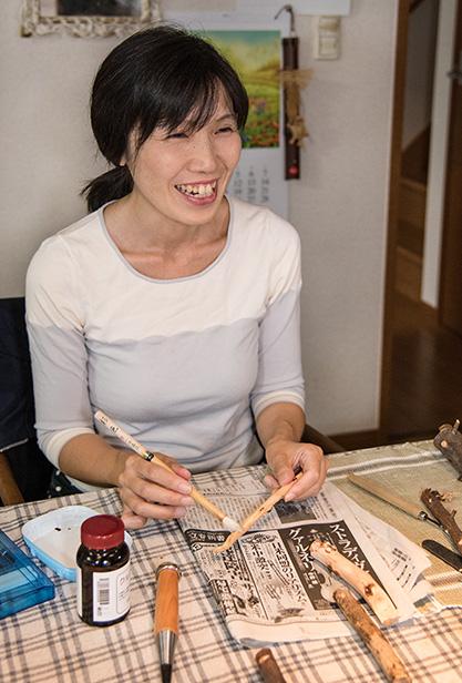 藤山佳江(ふじやま・よしえ)さん 46歳・兵庫県加古川市 取材/南野ゆうり 撮影/野澤 廣 庭の伐採木を削ってスプーンを作る。仕上げにクルミ油を塗り込んで完成
