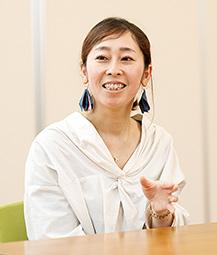 岡田香利さん 「自分を確立するという意味でも、働くことは大事」 【私のターニングポイント】 「私は、服飾の専門学校を卒業した後、輸入雑貨の卸販売会社や婦人服メーカーに勤めました。ターニングポイントは、21歳の時に熊本教区の青年会委員長になったことです。祖母や母から生長の家を伝えられ、小さな悩みはあっても大きな悩みはなく、淡々と過ごしていましたが、24歳で2期目に入ってからは覚悟が決まり、私という委員長の下に集まってくれる人は、神様やご先祖様のはからいで来てくれているんだと思えるようになって、みんなの幸せを祈り始めたんです。本当の信仰は、その時から始まったような気がします。一人一人のことを考えられるようになり、それは今の仕事にも生きています」