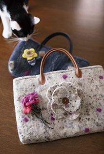 羊毛フェルトのブローチとバッグは今年の新作。色選びにもセンスが光る