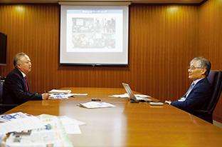 さまざまな画像を駆使しながらインタビューに答える小池さん。左は、聞き手の髙橋さん