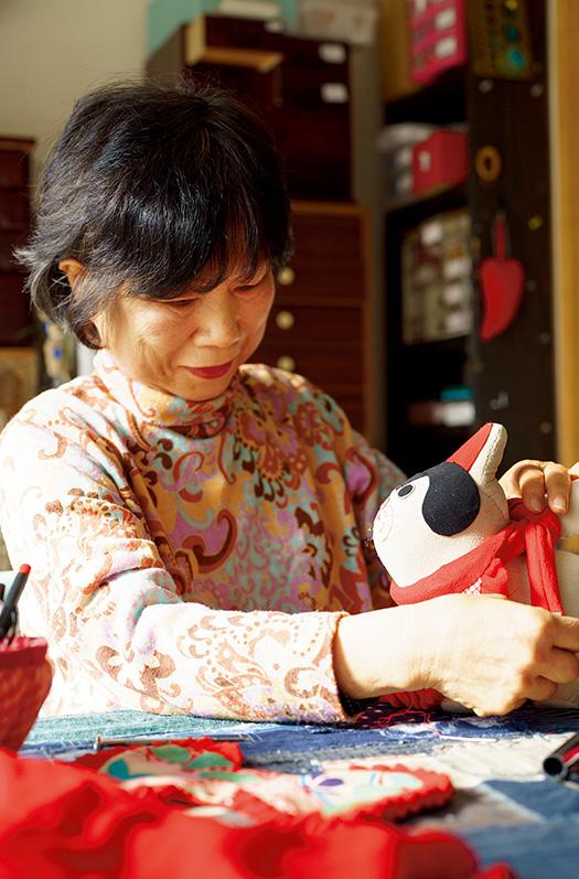 藤澤佳代(ふじさわ・かよ)さん│68歳│香川県丸亀市 取材/久門遥香(本誌) 写真/堀隆弘 縮緬細工で、縁起がよいとされる犬の置物を作る藤澤さん。「表情が優しく、かわいらしく出来上がるように心を込めています」