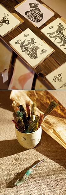 上:素朴な味わいがある紙版画/下:竹の皮を使って作った風合いのある筆