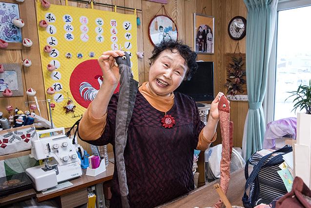 修子(しゅうこ)さん 72歳・北海道岩見沢市 自宅の2階にある「もったいない工房」で。手にしているのは、洋裁で仮縫いの時に使うしつけ糸を入れる自作のカバー。魚をかたどり、遊び心にあふれている