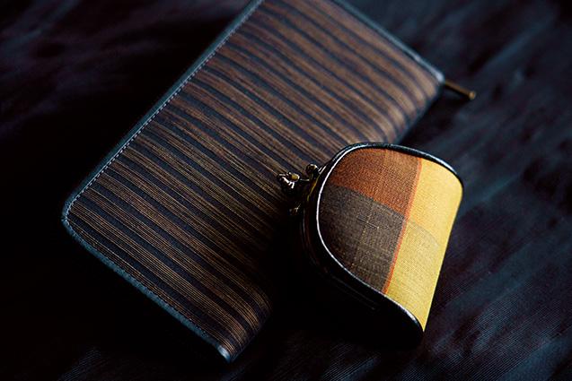 織った生地は、財布やがま口などに仕立てられる