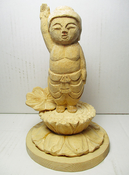 平成27年6月に制作した誕生仏。足元の蓮は、梅雨の季節をイメージしたもの