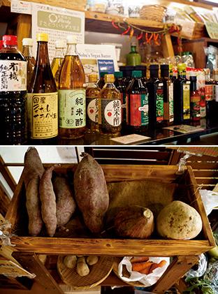 上:店で販売されている醤油、酢などの調味料。泰一さんが一つ一つ吟味している。油などは計り売りもある/下:有機栽培、自然栽培による野菜も販売。1個からグラム単位で購入できる