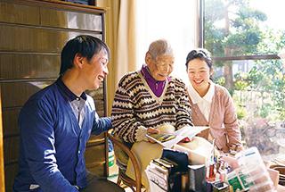 義祖母と。「私が笑うと、おばあちゃんも笑ってくれるので、一緒に過ごす時間がとても楽しいです」