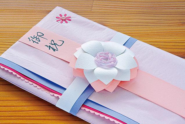 金内さんお手製ののし袋。立体的な花は、花の形に画用紙を切り、丸箸などを使って花びらを外側にカーブさせて作る