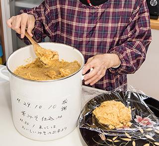 森田さんお手製の米味噌。この容器にも感謝の言葉が書かれている